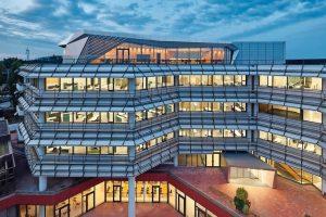 Ganzglastüren und gebogene Verglasungen für neue Bürowelt. Bild: Zooey Braunpg