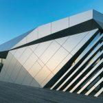 Aufgesetzt: Für einen repräsentativen Konferenzraum wurde ein Dachaufbau mit metallischer Verkleidung ergänzt. Bilder: Nikolay Kazakov, Karlsruhe