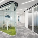 Dynamisch transparent: Ein ruhiger Rückzugsbereich aus Nurglaskonstruktion mit gebogenen Glaswänden. Bild: Nikolay Kazakov, Karlsruhe