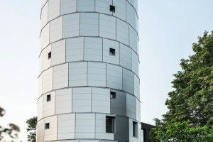Einer neuen sinnvollen Nutzung zugeführt: Der alte Wasserturm in Pirach beherbergt heute hochwertige Wohn- und Ausstellungsräume. Bild: Manuel Hollenbach / Bildrechte: brüderl
