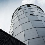 Die neue Metallfassade am Piracher Wasserturm: Akkuratesse in Fuge und Versatz bis ins Detail hinein. Bild: Manuel Hollenbach / Bildrechte: brüderl