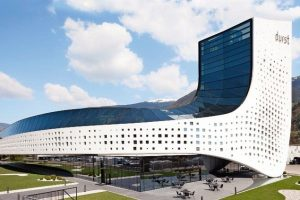 Metallfassade mit beleuchteten Fensterelementen am Durst Headquarter in Brixen in Südtirol. Bild: Durst Group / Paolo Riolzi
