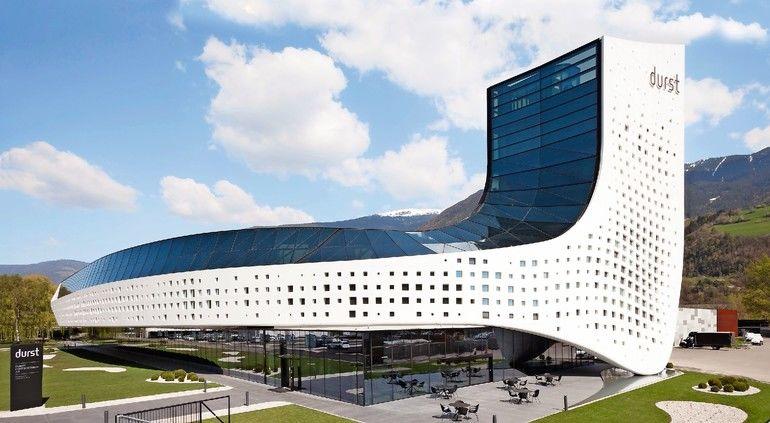 Metallfassade mit beleuchteten Fensterelementen für eine neue Firmenzentrale in Brixen in Südtirol