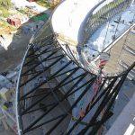 Das Stahl-Tragwerk des Dachoberlichts wurde im Werk vorgefertigt, vor Ort in fünf große, jeweils 10t schwere Segmente zusammengeschweißt und mit einem Mobilkran an den Montagebestimmungsort gehoben. Bild: Frener & Reifer, Brixen