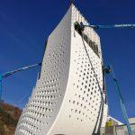 An der sekundären Unterkonstruktion aus freigeformten Aluminiumprofilen und Konsolen wurden die Fassaden-Elemente vorgehängt und hinterlüftet befestigt. Bild: Frener & Reifer, Brixen