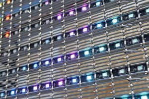 Metallgewebe plus LED für transparente Medienfassade