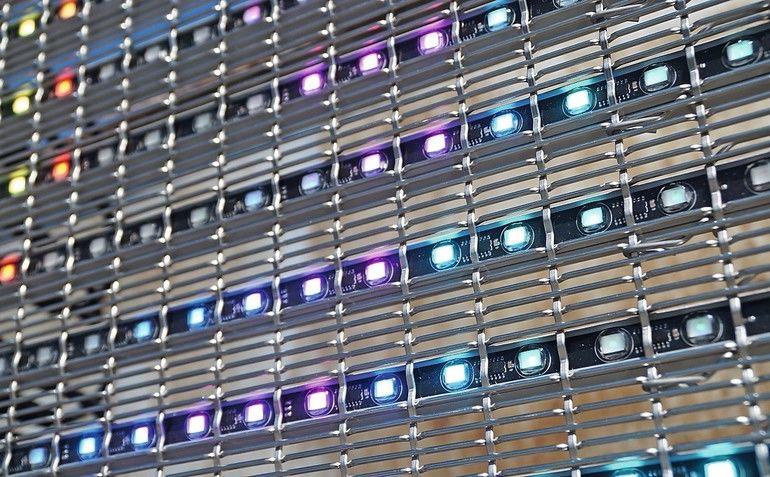 Metallgewebe plus LED für transparente Medienfassade