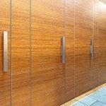 Toilettentüren einer öffentlichen Toilette in Holzoptik