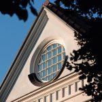 Die Holz-Sprossenfenster in unterschiedlichen Formen und Größen wurden individuell für die Stadtvilla angefertigt. Bild: Kneer-Südfenster