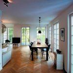Bodentiefe Fenster und Terrassentüren inszenieren die Innenräume. Bild: Kneer-Südfenster