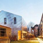 Verzinntes Kupfer für Stadthäuser in München: Glanzvoll eingefügt. Bilder: Sascha Kletzsch, München