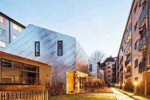 Verzinntes Kupfer für Stadthäuser in München: Glanzvoll eingefügt