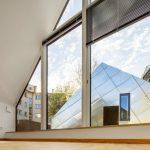 Die Obergeschosse orientieren sich mit ihren großen Verglasungen zu den Dachterrassen. Bild: Sascha Kletzsch, München