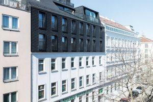 Durchlässig nachverdichtet: Dachaufstockung mit großen Fensterflächen. Bild: tschinkersten fotografie, 2019