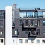 Rückseite: Die Fenstertüren im 1. und 2. Dachgeschoss lassen bei einer Größe von 115 x 225 cm viel Licht in die Räume. Bild: tschinkersten fotografie, 2019