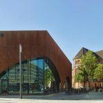 Gastronomiepavillon in Düsseldorf von Molestina Architekten mit vorgehängter Fassade aus gelochten Cortenstahl-Blechen.