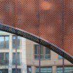 Von außen ist das Gebäude mit gelochtem Cortenstahl verkleidet, kombiniert mit großzügigen Fensterfronten. Bild: Christian Pohl GmbH
