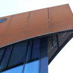 Vorgehängte Cortenstahl-Bleche in monumental gebogener Form