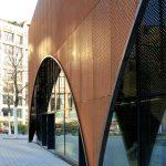 Rund ein Drittel der gläsernen Außenhülle wurde mithilfe der vorgehängten Cortenstahl-Bleche in eine monumental gebogene Form gebracht. Bild: Christian Pohl GmbH