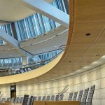 """""""Acoustic-Lightboard"""" im Landtag von NRW: Die optimierte Wabentechnologie der Akustikplatte sorgt für eine sehr gute Schallabsorption sowie ein geringes Gewicht. Bild: Richter akustik & design GmbH & Co. KG"""