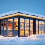 Glas-Faltwand mit Wärmedämmung und barrierefreier Bodenschiene: Ein Feldberger Restaurant an der Skipiste bietet großzügige, öffenbare Glasfassaden