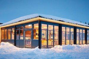 Glas-Faltwand mit Wärmedämmung und barrierefreier Bodenschiene: Ein Feldberger Restaurant an der Skipiste bietet großzügige, öffenbare Glasfassaden. Bild: Kramer GmbH