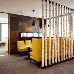 Helles Holz und moderne Elemente bilden zusammen mit Tageslicht ein harmonisches Innenraumdesign