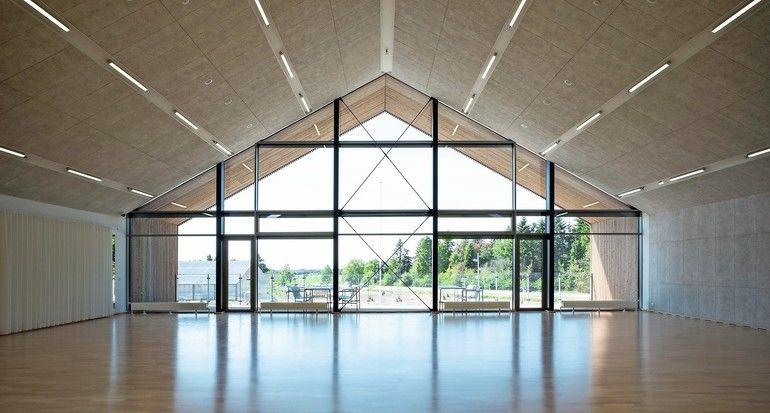 In einem neuen kommunalen Mehrzweckhaus im dänischen Ikast kamen zementgebunde Holzwolle-Akustikplatten mit integrierter Lüftungsfunktion zum Einsatz.