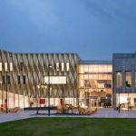 Gefaltet wie Origami - die Aluminiumfassade des Kulturbaus. Bild: ScagliolaBrakkee