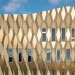 Die komplexe Fassadengeometrie setzt sich zusammen aus gefalteten Aluminium-Verbundplatten. Bild: ScagliolaBrakkee