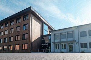 Im neuen Bürogebäude des Tiroler Unternehmens Binderholz wurde eine Modul-Heiz- und Kühldecke mit schallabsorbierender Akustikfunktion eingesetzt. Bild: Binderholz