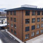 Das neue Bürogebäude von Binderholz am Standort Hallein bei Salzburg bietet nun zahlreichen Mitarbeitern mehr Raum und zugleich eine behagliche Arbeits-Atmosphäre. Bild: Binderholz