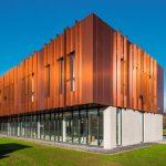 Metallisch glänzende Fassade mit langfristig optischer Stabilität. Bild: Kris Dimitriadis