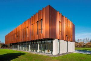 Metallisch glänzende Fassade mit langfristig optischer Stabilität