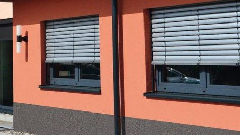 Fenster in roter Fassade