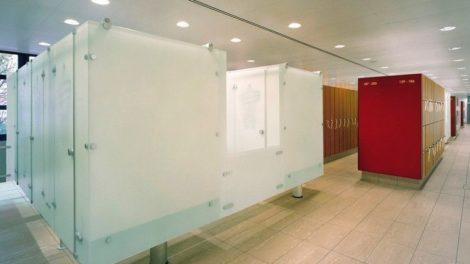 Fußarme Trennwandsysteme in einer Kabinenanlage