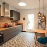 Mit Fliesen belegte Bodenheizung in der Küche