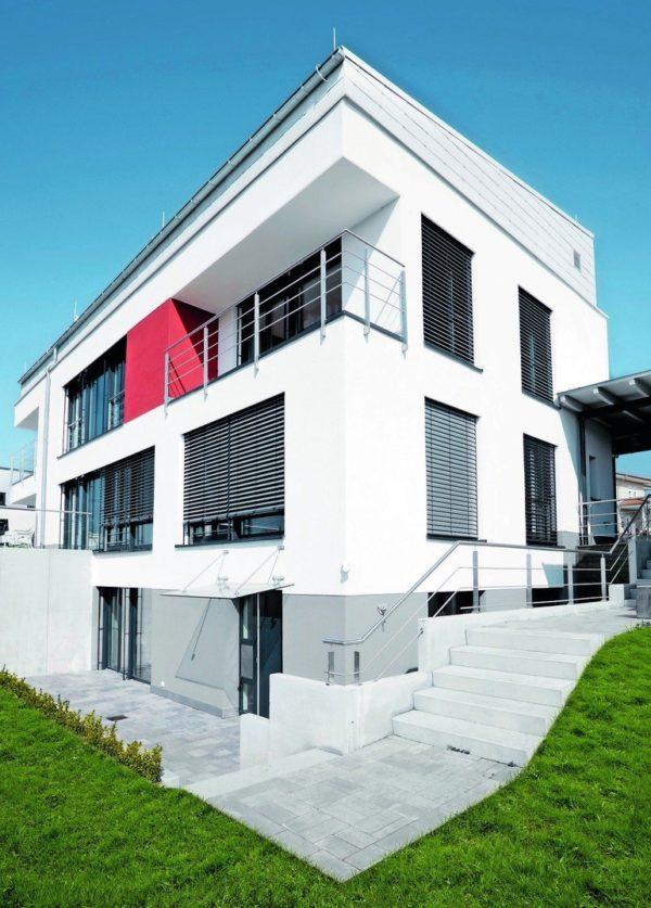 Rückseite eines zweistöckigen Hauses mit Parterre-Wohnung und Balkonloggia. Bild: Brillux