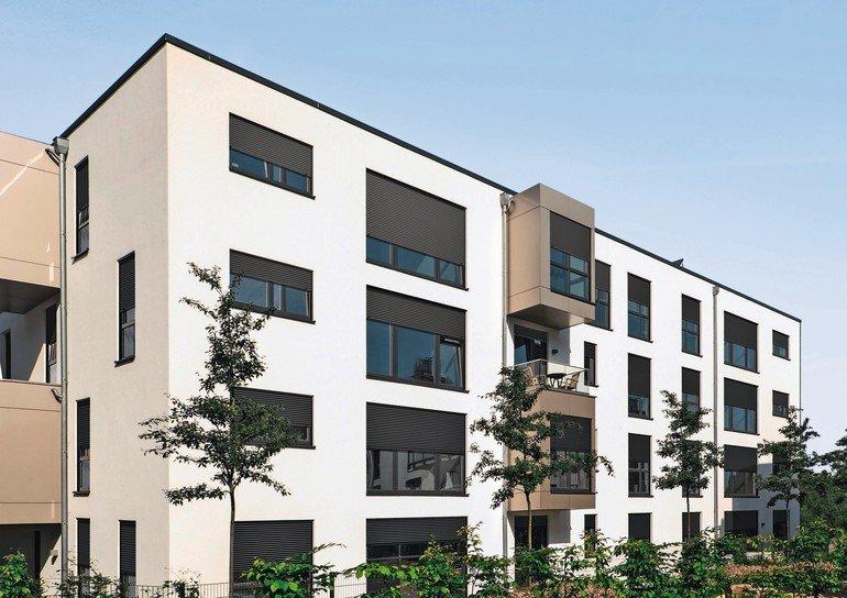 Wohngebäude mit Putzfassade und Rollladenkästen. Bild: Warema