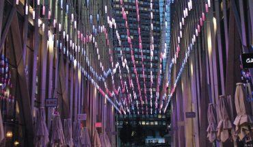 LED-Pendelleuchten sorgen für urbane Lichtinszenierung. Bild: Carl Stahl ARC GmbH
