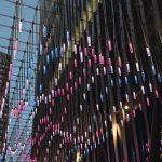 LED-Leuchten hängen von einem Stahlnetz. Bild: Carl Stahl ARC GmbH