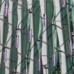 Violette LED-Leuchten hängen von einem Stahlnetz. Bild: Carl Stahl ARC GmbH