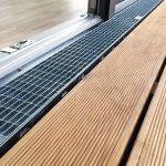 Ablaufgitter einer Holzterrasse. Bild: Hauraton