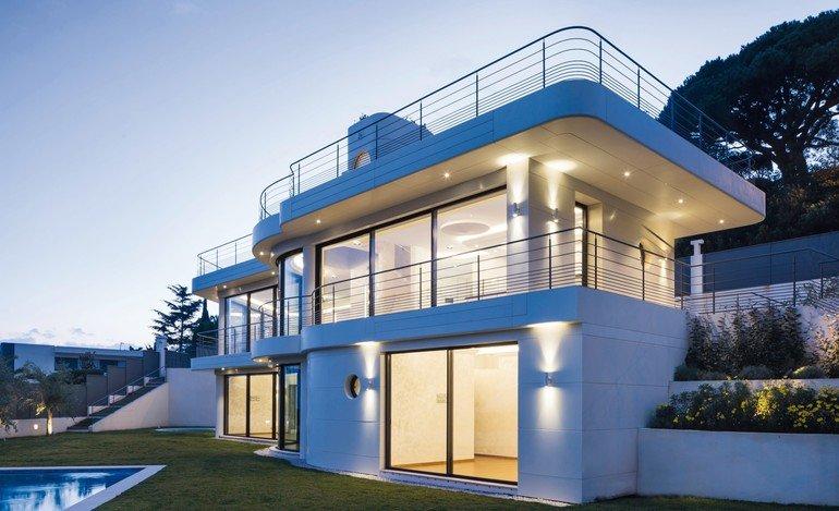 Gestaltet mit weißem Mineralwerkstoff: Villa in Cannes. Bild: Mathieu Ducros