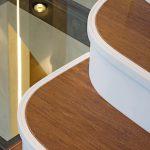Die Setzstufen und Vorderkanten der Treppe sind aus Hi-Macs S09 Cream, belegt mit Bambuslaminat. Bild: Mathieu Ducros