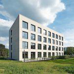 Gleichmäßig angeordnete Fensteröffnungen strukturieren die Lochfassade im Nordwesten. Bild: Hans-Jürgen Landes