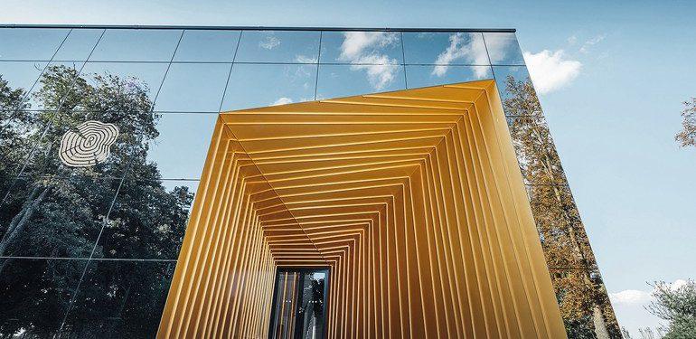 Goldene Aluminiumfassade für Weinhaus und Wellnessbereich mit Prefalz/Falzonal-Elementen. Bild: