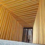 Leuchtend mayagoldene Aluminium-Fassadenelemente aus Prefalz/Falzonal im Eingangsbereich locken die Besucher mit einem Vorgeschmack auf opulente flüssige Verkostung. Bild: Prefa/Croce