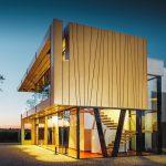 Auch beim Wellnessbereich des Gästehauses wurde ein Teil der Fassade mit goldfarbenen Aluminiumelementen verkleidet. Bild: Prefa/Croce