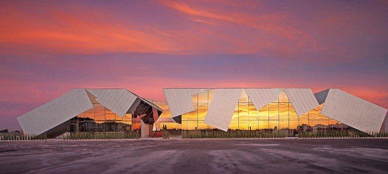 Metalldach und Metallfassade: Für eine Werbeagentur wurde ein Parkhaus zweigeschossig aufgestockt: Die Fassade assoziiert einen mit Titanzink bekleideten Flugsaurier. Bild: Rheinzink